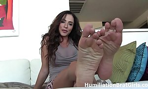 Hooey exposed to ariella ferrera's toes!