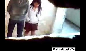 Boso sa dalwang estudyante sa likod ng kanilang yard (new)